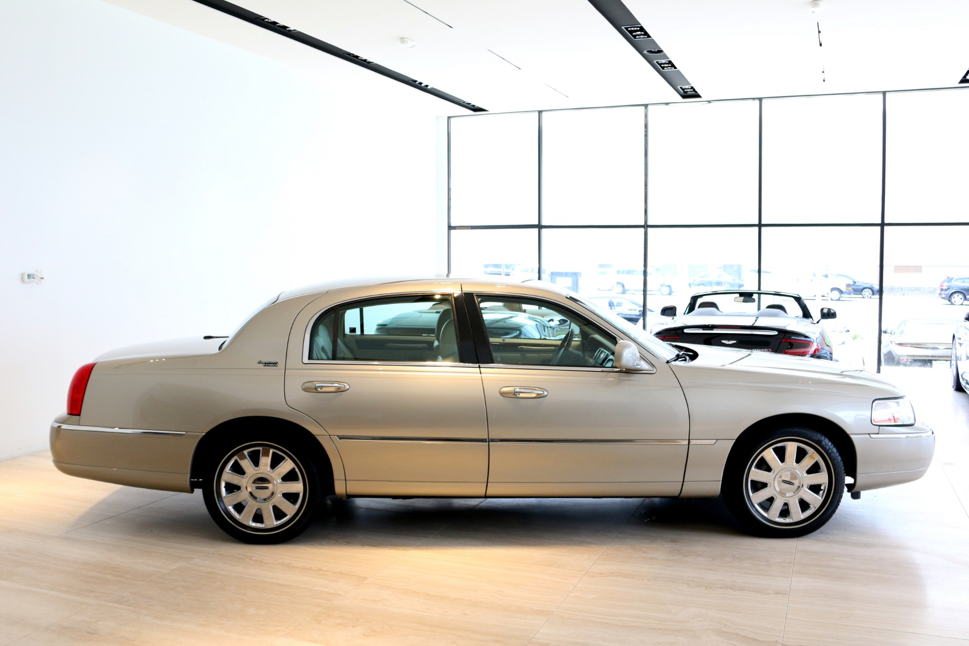 Used-2009-Lincoln-Town-Car-Signature-Limited