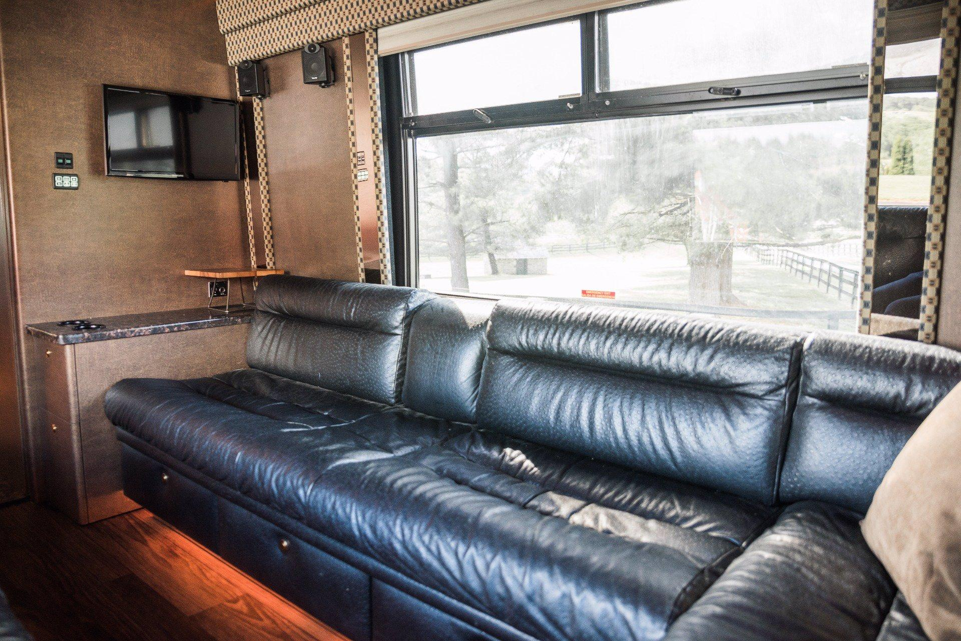Used-2004-Amadas-Featherlite-MCI-E4500